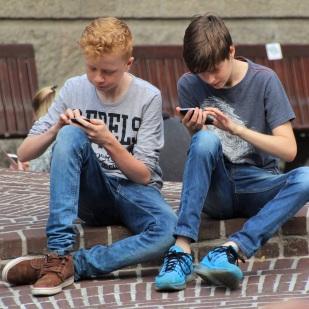 Un tiers des 15-34 ans passent uniquement par les réseaux sociaux ou les moteurs de recherche pour accéder à des contenus d'information en ligne.